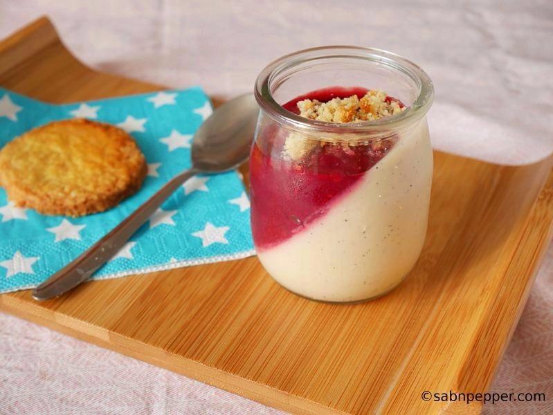 Panna cotta à la vanille au coulis de framboise : recette facile à l'agar-agar